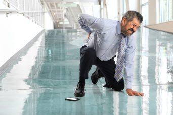 Un hombre que ha sufrido un accidente laboral, se queja de dolor de espalda.