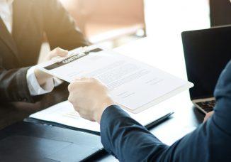 empresa ofreciendo contratos temporales a una persona.