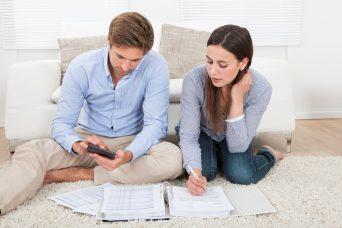 Una pareja calculando su Declaración de la Renta.