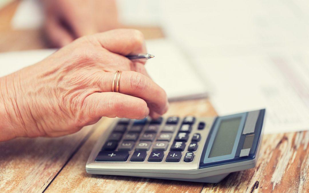 Persona calculando la pensión por incapacidad permanente.