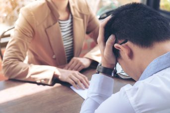 Hombre que le acaban de anunciar que va a sufrir un despido procedente.