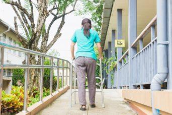 Una mujer con discapacidad intentando andar