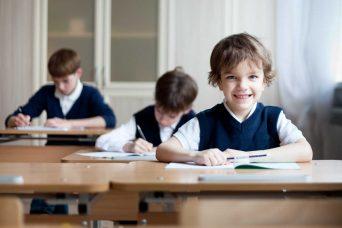 Niños sentados en un colegio concertado