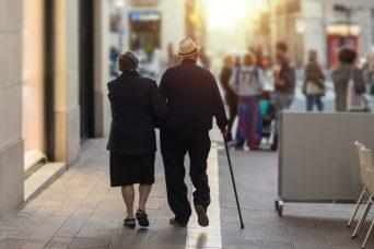 Una pareja de ancianos andando que reciben prestación de las pensiones.