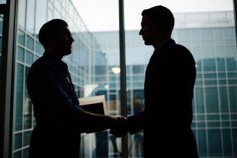 Dos trabajadores conociendo la Ley 1/2019 de Secretos Empresariales